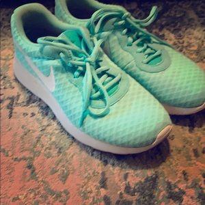 🐝 Nike tennis shoes mint green 🐝